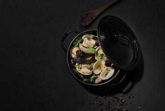 Pan-fried shellfish with basil